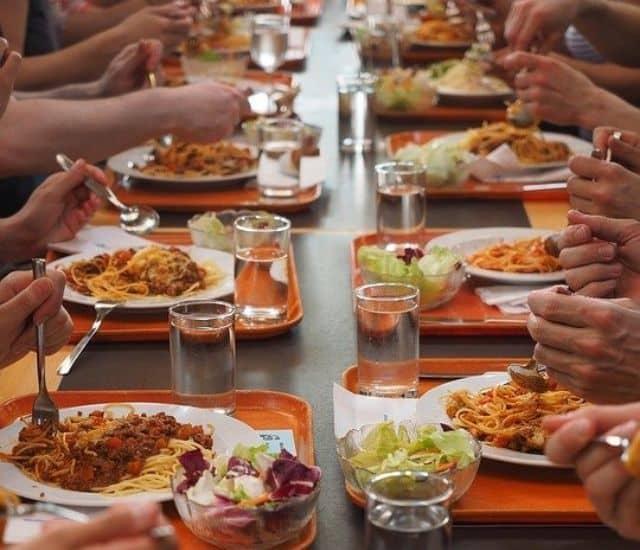 Etudiant un ticket restaurant pour les aider a manger a tous les repas 640